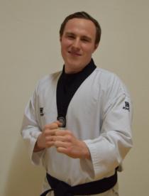 Schulgründer und Cheftrainer Thomas Hackenbuchner ist Kampfsport Lehrer aus Leidenschaft. Er trägt mittlerweile den zweiten Da